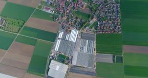 Cidade europeia perto das estufas, um grande complexo perto da vila europeia, ilusão da estufa de Google Maps video estoque