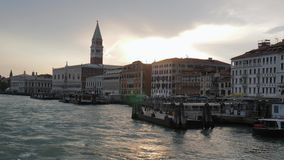 Cidade europeia velha no por do sol, vista da água de Grand Canal filme