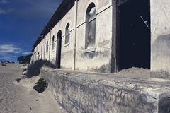 Cidade fantasma - Kolmanskop - a maioria de cidade fantasma popular em Nam?bia foto de stock royalty free