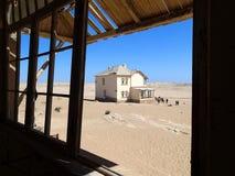 Cidade fantasma Kolmanskop - vista no deserto - Namíbia África imagens de stock royalty free