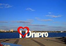 Cidade favorita de Dnepr dos residentes dos photoshoots do lugar - o sinal; Eu amo Dnipro na terraplenagem Dnepropetropetrovsk Imagens de Stock
