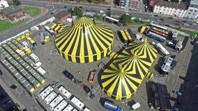Cidade Flic Flac com a tenda do circus no sol video estoque