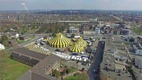 Cidade Flic Flac com a tenda do circus no sol filme