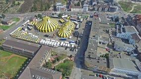 Cidade Flic Flac com a tenda do circus no sol vídeos de arquivo