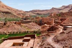 Cidade fortificada de Tinghir ao longo da rota anterior da caravana entre o Sahara e a C4marraquexe em Marrocos com atlas coberto fotografia de stock royalty free