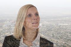 Cidade futura do gerente do sucesso da carreira da mulher de negócios da mulher de negócio Imagem de Stock Royalty Free