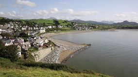 Cidade Gales norte Reino Unido de Criccieth com costa e mar da praia video estoque