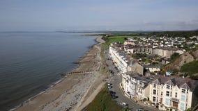 Cidade Gales norte Reino Unido de Criccieth com costa e mar da praia vídeos de arquivo