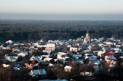 Cidade gelada perto da floresta do pinho, Ucrânia fotografia de stock