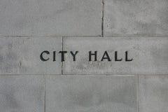 Cidade genérica Hall Sign em uma construção fotos de stock royalty free