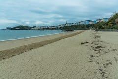 A cidade Georgian de Tenby do nível da praia no nascer do sol imagem de stock royalty free