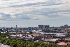 Cidade grande, porto grande, forros grandes do cruzeiro St Petersburg Rússia imagens de stock