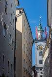 Cidade Hall Clock Tower da cidade de Salzburg visto das ruas de Salzburg foto de stock royalty free