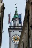 Cidade Hall Clock Tower da cidade de Salzburg visto das ruas de Salzburg foto de stock
