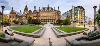 Cidade Hall Sheffield Reino Unido do jardim da paz fotos de stock