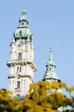 Cidade Hall Towers de Gyor com flores amarelas Imagens de Stock Royalty Free