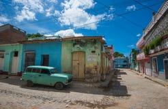 Cidade histórica das caraíbas colonial bonita com rua de pedrinha colorida, o carro clássico e a casa, Trinidad, Cuba, América fotos de stock royalty free