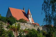 A cidade histórica de Eggenburg com igreja e as paredes velhas da cidade fotos de stock