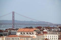 Cidade histórica de Lisboa e 25a de April Bridge Panorama, Portugal Imagem de Stock Royalty Free
