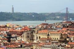 Cidade histórica de Lisboa e 25a de April Bridge Panorama, Portugal Imagens de Stock