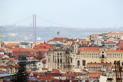 Cidade histórica de Lisboa e 25a de April Bridge Panorama, Portugal Foto de Stock Royalty Free