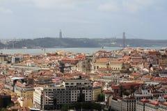 Cidade histórica de Lisboa e 25a de April Bridge Panorama, Portugal Imagem de Stock