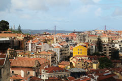 Cidade histórica de Lisboa e 25a de April Bridge Panorama, Portugal Foto de Stock