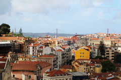 Cidade histórica de Lisboa e 25a de April Bridge Panorama, Portugal Fotografia de Stock