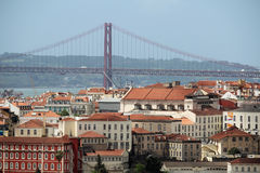 Cidade histórica de Lisboa e 25a de April Bridge Panorama, Portugal Fotos de Stock
