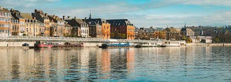 Cidade histórica de Namur com os navios ao longo do rio Meuse, Wallonia, Bélgica imagens de stock royalty free
