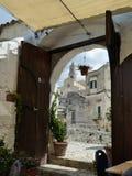 Cidade histórica de Sutter Matera da porta da porta da catedral em Itália do sul Apulia Italia Sallo romântico italiano Salli imagens de stock royalty free