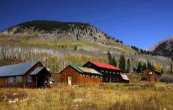 Cidade histórica no meio de Montanhas Rochosas fotos de stock