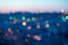 A cidade ilumina o bokeh circular abstrato no fundo azul Foto de Stock Royalty Free