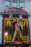 Cidade/Inglaterra de Londres: Teatro da autoridade com escultura de Freddy Mercury imagens de stock