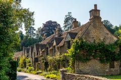 Cidade inglesa velha e construções de pedra bonitas, rua velha, hist Imagens de Stock Royalty Free