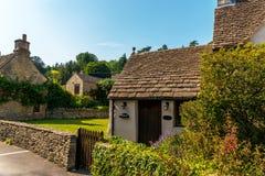 Cidade inglesa velha e construções de pedra bonitas, rua velha, hist Imagem de Stock