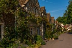 Cidade inglesa velha e construções de pedra bonitas, rua velha, hist Fotografia de Stock