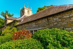 Cidade inglesa velha e construções de pedra bonitas, rua velha, hist Imagem de Stock Royalty Free