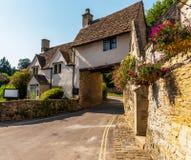 Cidade inglesa velha e construções de pedra bonitas, rua velha, hist Fotos de Stock