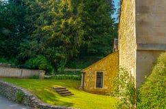 Cidade inglesa velha e construções de pedra bonitas, rua velha, hist Fotografia de Stock Royalty Free