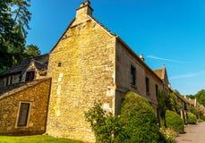 Cidade inglesa velha e construções de pedra bonitas, rua velha, hist Foto de Stock Royalty Free