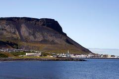 Cidade islandêsa da montanha foto de stock royalty free