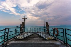 Cidade Itália Vêneto da beira do lago de Sirmione fotografia de stock royalty free