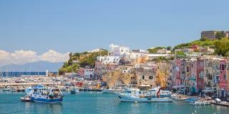 Cidade italiana litoral pequena com casas coloridas fotografia de stock royalty free