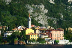 A cidade italiana pitoresca da beira do lago de Varenna Foto de Stock Royalty Free