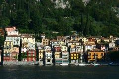 A cidade italiana pitoresca da beira do lago de Varenna Fotografia de Stock