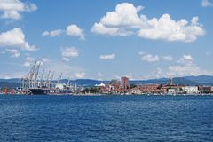 Cidade Koper no Eslovênia com porto marítimo fotografia de stock