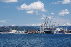 Cidade Koper no Eslovênia com porto marítimo imagens de stock