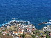 A cidade litoral de Porto Moniz em Madeira imagem de stock royalty free