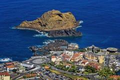 A cidade litoral de Porto Moniz em Madeira foto de stock royalty free